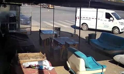 Σοκαριστικό τροχαίο: Νταλίκα ισοπέδωσε βαν (video)