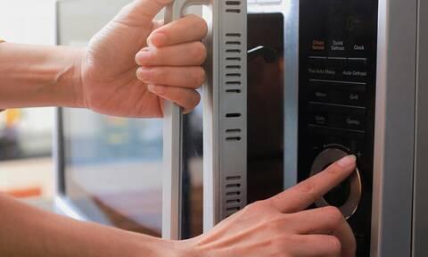 Προσοχή: Ποια τρόφιμα απαγορεύεται να βάλετε στον φούρνο μικροκυμάτων