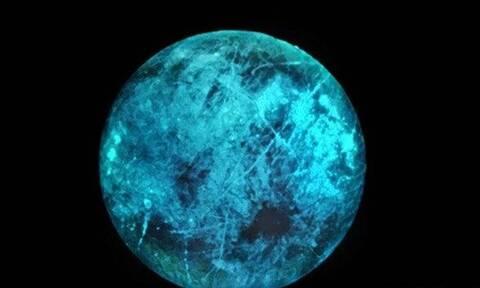 Ευρώπη: Το παγωμένο φεγγάρι του Δία που λάμπει στο σκοτάδι