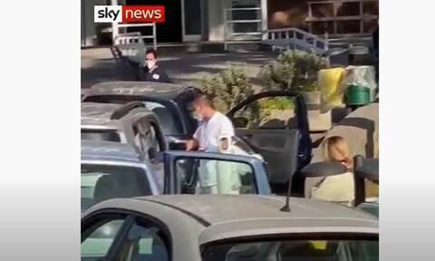 Απίστευτες εικόνες στην Ιταλία: Χορηγούν οξυγόνο σε ασθενείς μέσα στα αυτοκίνητά τους