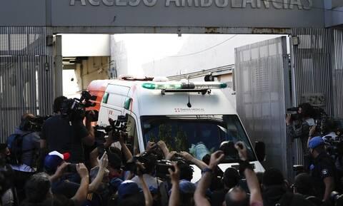 Ντιέγκο Μαραντόνα: Η στιγμή που φεύγει από το νοσοκομείο – Χαμός στην έξοδο! (video)