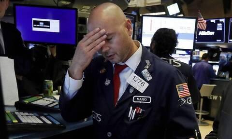 Η επέλαση του κορονοϊού «έριξε» Wall Street και πετρέλαιο