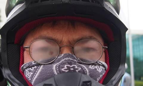 Αυτό είναι το κόλπο για να μην θολώνουν τα γυαλιά σας με τις μάσκες (pics+vid)