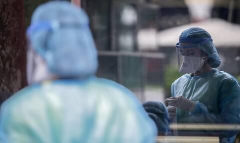 Κρούσματα σήμερα: Ο τρόμος για 4.000 κρούσματα προκαλεί γενικό συναγερμό