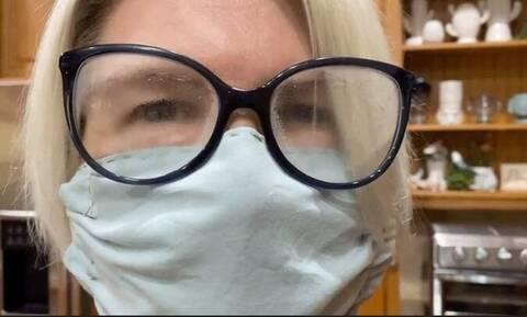 Κορονοϊός: Το κόλπο για να μην θολώνουν τα γυαλιά με τη μάσκα (video)