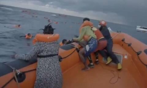 Σπαράζει καρδιές: Οι κραυγές μητέρας που «έχασε» το 6 μηνών μωρό της σε ναυάγιο (video)