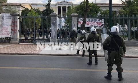 Ισχυρές δυνάμεις των ΜΑΤ περικύκλωσαν το Πολυτεχνείο - 40 άτομα στο προαύλιο