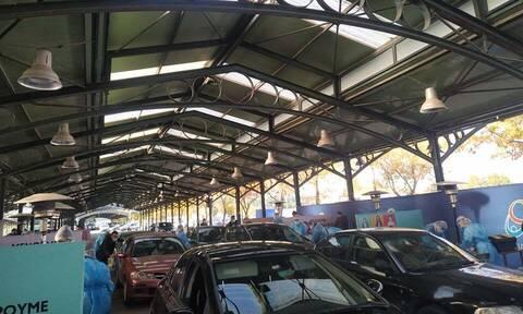 Κορονοϊός - Λάρισα: Ουρές για ένα rapid test - Μαζικά σπεύδουν με τα αυτοκίνητα στη Σκεπαστή Αγορά