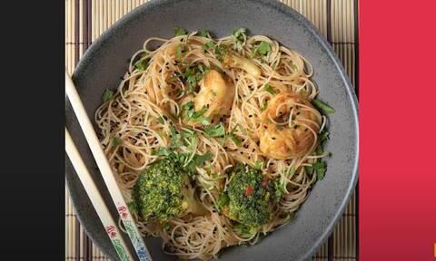 Άκης Πετρετζίκης: Noodles με γαρίδες και μπρόκολο