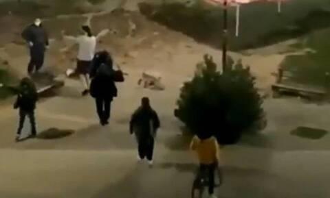 Χαμός στην Καρδίτσα: Αστυνομικοί περάσαν χειροπέδες σε ζευγάρι που καθόταν στο πάρκο