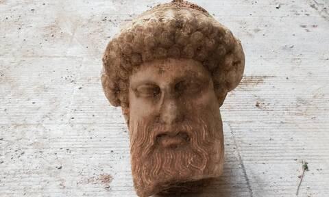 Τον θεό Ερμή απεικονίζει η κεφαλή αγάλματος που βρέθηκε στην Αιόλου: Η ανακοίνωση του υπ. Πολιτισμού