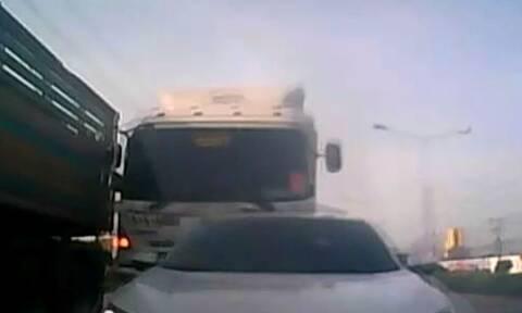 Οδηγός φορτηγού χάνει τον έλεγχο... Δείτε τι ακολουθεί (Video)