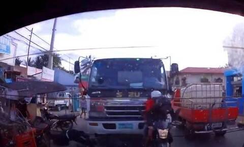 Τρομακτική στιγμή: Φορτηγό ισοπεδώνει δύο μηχανάκια (video)