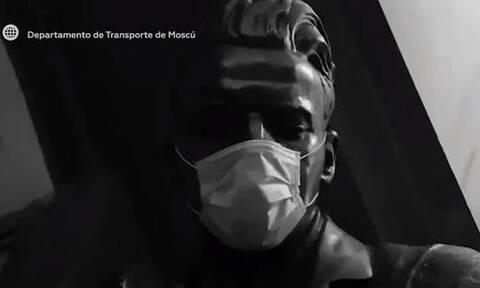 Κορονοϊός: Φόρεσαν μάσκα μέχρι και τα αγάλματα! (video)