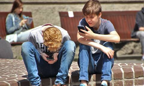 Πέντε σημάδια που μαρτυρούν τον εθισμό του παιδιού στο κινητό