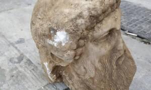 В Афинах в канализации во время работ была найдена голова статуи Гермеса
