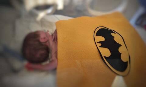 Τα πρόωρα μωρά της ΜΕΝΝ του «Έλενα Βενιζέλου» φορούν μπέρτες σούπερ ηρώων