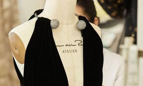 Ο Oscar de la Renta και η Care+Wear λανσάρουν φούτερ για ιατρικούς επισκέπτες