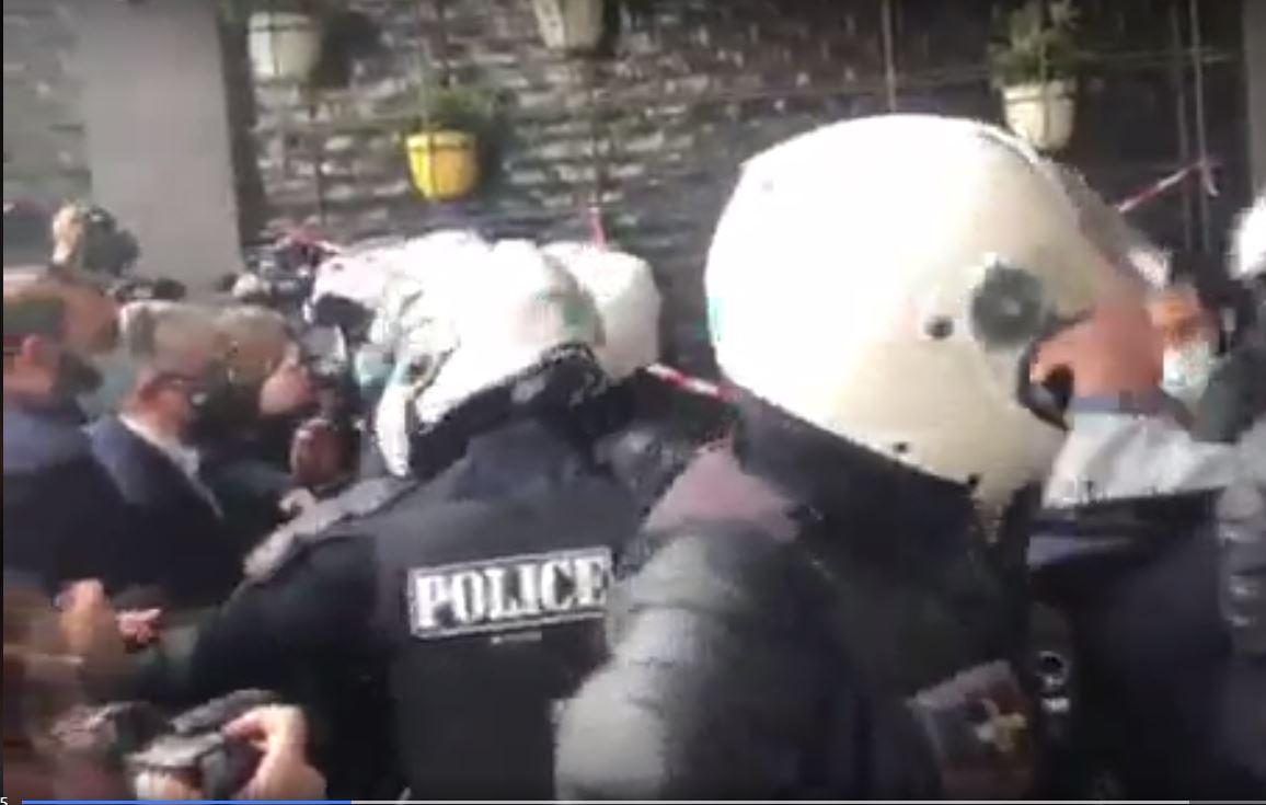 Πολυτεχνείο:Ένταση στο κέντρο της Αθήνας και στην Θεσσαλονίκη -Δακρυγόνα και προσαγωγές από την Αστυνομία