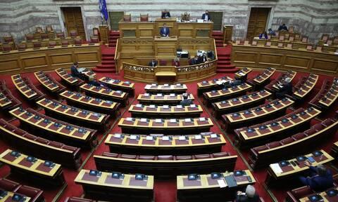 Βουλή: Θυελλώδης αντιπαράθεση με ύβρεις ανάμεσα σε ΚΚΕ και Ελληνική Λύση