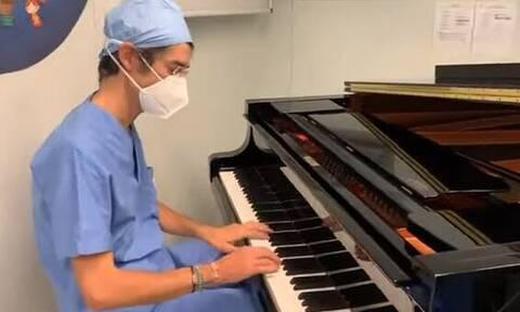 Ιταλία: Συγκίνηση! Γιατρός έπαιζε πιάνο δίπλα σε 10χρονο ασθενή σε επέμβαση αφαίρεσης όγκου