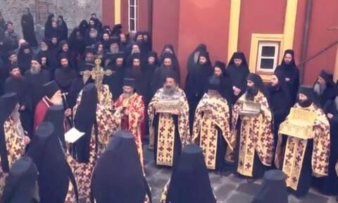 Κορονοϊός: Λιτανεία για απαλλαγή από τον κορονοϊό χωρίς να φορούν μάσκες στο Άγιο Όρος