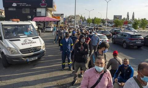 Κύπρος: Αιφνιδιαστική επίσκεψη Υπουργού Υγείας στη Λεμεσό μετά το «μπάχαλο» με τις ουρές για τεστ