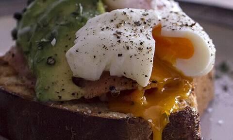 Φτιάξε αβγά ποσέ με τις συμβουλές του Άκη Πετρετζίκη