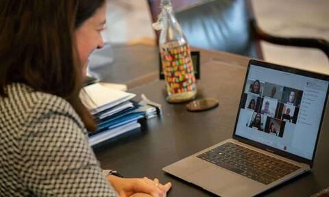 Τηλεκπαίδευση: Η Κεραμέως συμμετείχε σε διαδικτυακή διδασκαλία και συνομίλησε με παιδιά