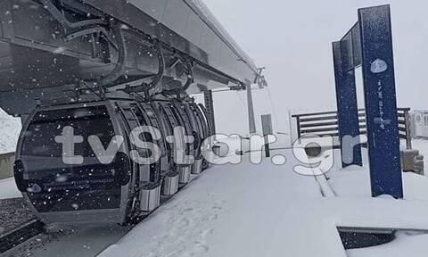 Έπεσαν τα πρώτα χιόνια: «Στα λευκά» Παρνασσός και Βελούχι - Δείτε LIVE εικόνα