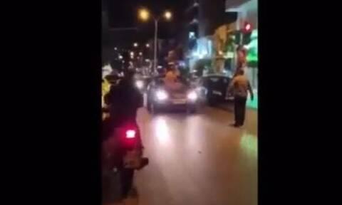 Χαμός στου Ζωγράφου: Γδύθηκε στη μέση του δρόμου και άρχισε να χοροπηδά πάνω σε αυτοκίνητα (vid)