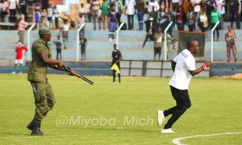 Τρομακτικές σκηνές: Αστυνομικός απείλησε με όπλο οπαδό μέσα στο γήπεδο! (video+photos)
