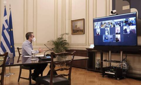 Mitsotakis in video conference with volunteer nurses