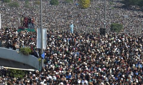Πακιστάν: Κοσμοσυρροή χωρίς μέτρα και αποστάσεις στην κηδεία ισλαμιστή ιμάμη εν μέσω πανδημίας