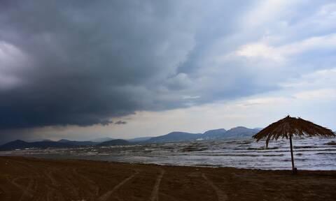 Καιρός: Με συννεφιά βροχές και μποφόρ η Τρίτη - Πού θα είναι έντονα τα φαινόμενα
