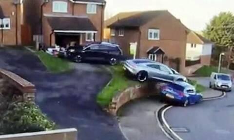 Δείτε το απίστευτο τρακάρισμα μιας Porsche Taycan