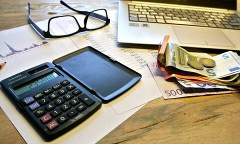 «Βρέχει» λεφτά: Πότε πληρώνονται ενισχύσεις, επιδόματα και συντάξεις στους δικαιούχους