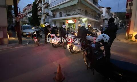 Θεσσαλονίκη: Νεαροί χτύπησαν αστυνομικούς που πήγαν να τους ελέγξουν – Ένας τραυματίας