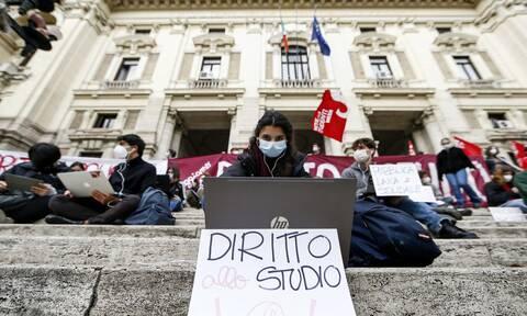 Κορονοϊός: Τηλεκπαίδευση στο... πεζοδρόμιο - Φτάνει πια με το διαδικτυακό μάθημα λένε ιταλοί μαθητές