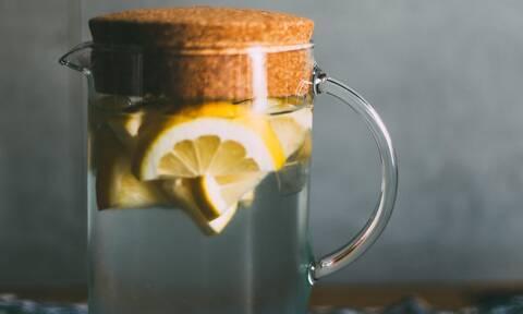 Τι θα συμβεί στο σώμα σου αν πίνεις καθημερινά ζεστό νερό με λεμόνι;