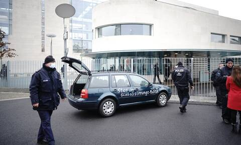 Συναγερμός στο Βερολίνο: Αυτοκίνητο «εισέβαλε» στην είσοδο του γραφείου της Άνγκελα Μέρκελ (vid)