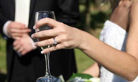 Πανικός σε γάμο - Γαμπρός κλώτσησε στη μούρη τη νύφη με καρατιά! (pics+vid)