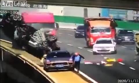 Τρομακτικό ατύχημα: Aυτοκίνητο πέφτει από γέφυρα