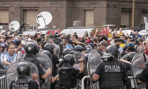 Ντιέγκο Μαραντόνα: Ξεφεύγει η κατάσταση με πλαστικές σφαίρες και οδομαχίες! (video)
