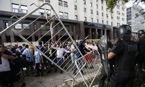 Κηδεία Μαραντόνα LIVE: Εκτός ελέγχου η κατάσταση στο Μπουένος Άιρες - Ξύλο, δακρυγόνα και χάος