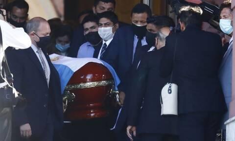 Κηδεία Μαραντόνα LIVE: Οδηγείται στην τελευταία του κατοικία ο «Ντιεγκίτο» - Χιλιάδες στην πομπή