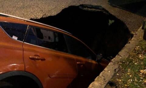 Άνοιξε η γη και το «κατάπιε»: Αυτοκίνητο στη Νέα Υόρκη έπεσε σε τεράστια τρύπα (pics)
