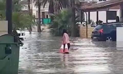 Κύπρος «Ποτάμια» οι δρόμοι στην Αμμόχωστο - παγιδεύτηκαν οδηγοί εξαιτίας της βροχής (vid)