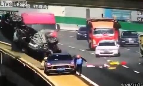 Τρομακτικό ατύχημα σε γέφυρα! Αυτοκίνητο ανατράπηκε και έπεσε από κάτω (video)