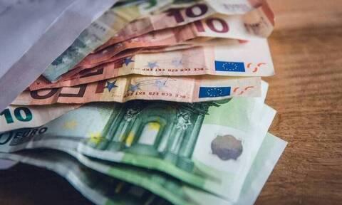 Επίδομα 800 ευρώ: Ξεκίνησαν οι πληρωμές - Τα ποσά και οι δικαιούχοι